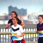 Teilnehmerinnen am Köhlbrandbrückenöauf: Auf der linken Seite sind die Läufer auf dem Hinweg, rechts auf dem Rückweg.