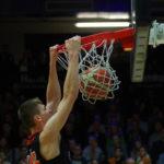 Basketball ProA: David Krämer vom Team der OrangeAcademy gelingt ein Dunk in der Partie bei den Hamburg Towers.