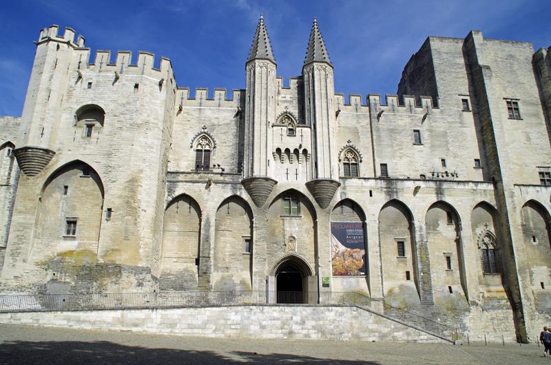 Frontseite des Papstpalastes in Avignon. Das Bauwerk gehört zu den meistbesuchten Sehenswürdigkeiten in Frankreich.
