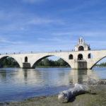 Die Bogenbrücke-Ruine Pont Saint-Bénézet, auch Pont d'Avignon genannt, gehört zu den Sehenswürdigkeiten in Avignon ist nur ein paar Minuten Fußmarsch vom Papstpalast entfernt.