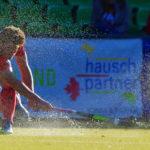 Wasser spritzt auf, als ein Spieler des Feldhockey-Bundesligisten Mannheimer HC einen harten Pass spielt in der Partie beim UHC Hamburg.