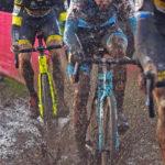 Das Elite-Männer-Feld beim UCI-World-Cup-Rennen in Zeven. Nach ausgiebigen Regenfällen in den Tagen zuvor war der Rundkurs an vielen Stellen tief und schlammig.