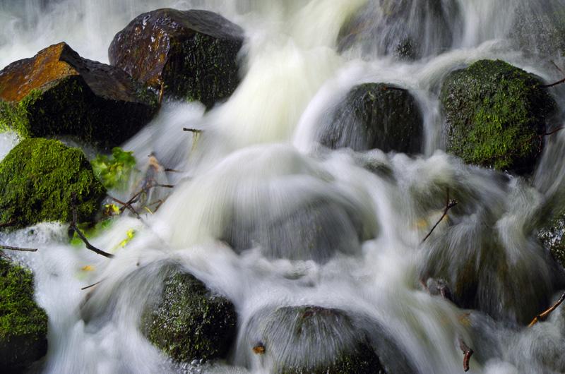 Kleiner Wasserfall im Park Planten un Blomen in Hamburg.